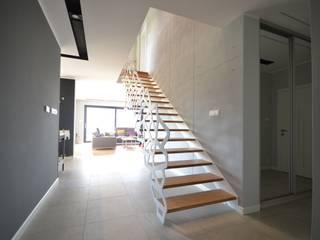 Nowoczesne schody ażurowe Nowoczesny salon od Schodo System Nowoczesny
