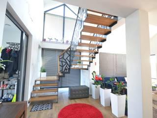 Ażurowe schody z metalową balustradą i szklaną ścianą Nowoczesny salon od Schodo System Nowoczesny
