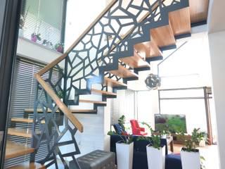 Ażurowe schody z metalową balustradą i szklaną ścianą: styl , w kategorii Salon zaprojektowany przez Schodo System