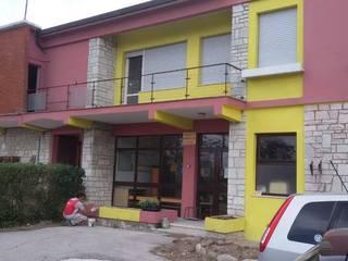 Ristrutturazione completa dell' edificio, rifacimento del tetto e della facciata. Case moderne di Tutto Tetto Di Shein Vitaliy Moderno
