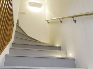Minimalist corridor, hallway & stairs by Belsolar Lda Minimalist
