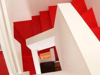 T+T ARCHITETTURA Modern corridor, hallway & stairs