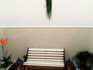 Jardineras en el suelo y en el muro de pared: Jardines de estilo  de CONSUELO TORRES