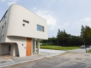 하우스 우: MOKUDESIGNLAB (모쿠디자인연구소)의  주택