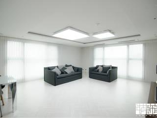 Salas de estar modernas por ㈜장식가 Moderno