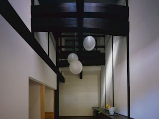 Asian corridor, hallway & stairs by エム・アイ・エー・アーキテクツ有限会社 Asian