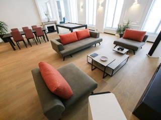 Agencement et aménagement d'une pièce à vivre: Salon de style  par Myriam Wozniak Architecture et décoration