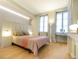 Agencement, aménagement et décoration d'une suite parentale: Chambre de style  par Myriam Wozniak Architecture et décoration