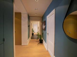 Agencement et aménagement d'un couloir de circulation Myriam Wozniak Architecture et décoration Couloir, entrée, escaliers modernes