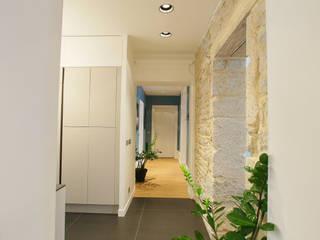 Agencement et aménagement d'un couloir de circulation: Couloir et hall d'entrée de style  par Myriam Wozniak Architecture et décoration