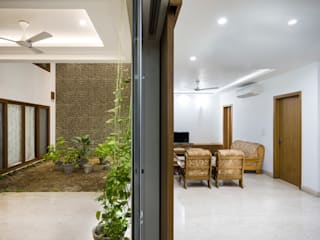 Internal Courtyard House, Rishikesh, Uttrakhand Country style living room by Manuj Agarwal Architects Country