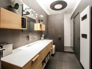 Agencement et aménagement d'une salle de douche: Salle de bains de style  par Myriam Wozniak Architecture et décoration