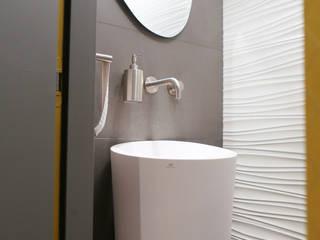 Agencement et aménagement de toilettes: Salle à manger de style  par Myriam Wozniak Architecture et décoration