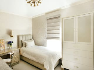 Art Collectors Residence:  Bedroom by JKG Interiors