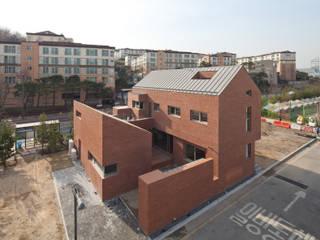 사이를 이어주는 집 ; LIFE_FACTORY 間 : 남기봉건축사사무소의  주택