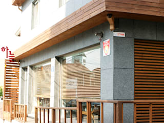 시흥동-옥탑방상가: 하늘디자인의  상업 공간