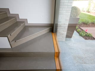 Scala in pietra piasentina: Ingresso & Corridoio in stile  di Mariapia Alboni architetto