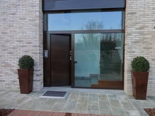 Ingresso principale della villa: Ingresso & Corridoio in stile  di Mariapia Alboni architetto