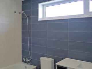 homify Moderne Badezimmer Keramik Weiß