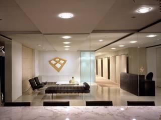 Vestíbulos, pasillos y escaleras de estilo  por Création Contemporaine