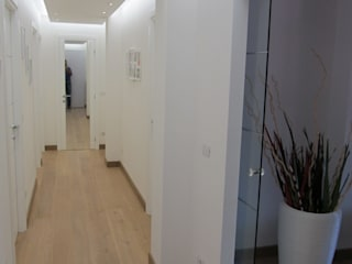 House: Ingresso & Corridoio in stile  di Studio Associato di architettura MBiM