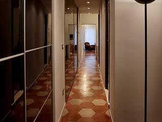 Modern corridor, hallway & stairs by Caterina Raddi Modern