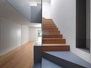 RRJ Arquitectos Modern Corridor, Hallway and Staircase