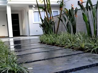 Jardines de estilo moderno de TM&LH_ arq.arte - Tatiana Moraes e Lucia Helena Moderno