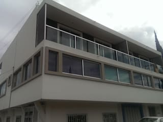 PERSPECTIVA FRONTAL. OBRA TERMINADA: Casas de estilo moderno por FORMAS ARQUITECTURA