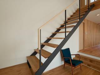 Couloir, entrée, escaliers scandinaves par アトリエ・アースワーク Scandinave