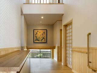 Pasillos, vestíbulos y escaleras modernos de 小栗建築設計室 Moderno