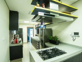 Modern kitchen by Nadia Takatama arquitetura e interiores Modern