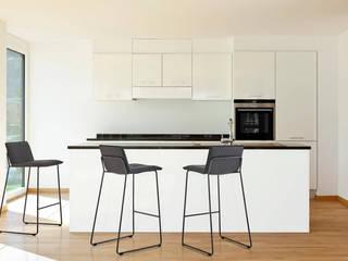 Banco de cocina con taburetes altos:  de estilo  de somcasa