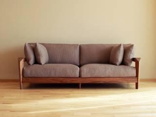 銘木で製作した何処に置いても美しいウッドフレームソファ: Vigore interior&galleryが手掛けた現代のです。,モダン