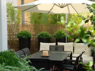 Un giardino in terrazza: Terrazza in stile  di studio 'dragora architettura e paesaggio