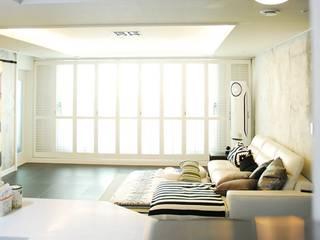 Living room by 주식회사 큰깃