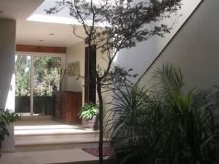 Casa Rinconada: Pasillos y recibidores de estilo  por gremio
