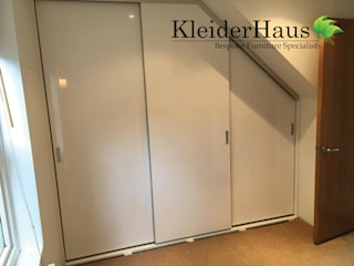 Fitted Sloping Ceiling Sliding Door Wardrobe par Kleiderhaus ltd Moderne