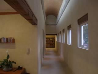 Casa T, Coyoacan: Pasillos y recibidores de estilo  por gremio