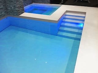 Luxury pool with a moving floor that closes the pool with a solid floor Moderne Pools von London Swimming Pool Company Modern