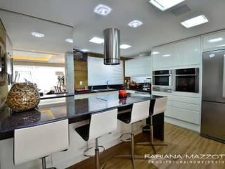 現代廚房設計點子、靈感&圖片 根據 Fabiana Mazzotti Arquitetura e Interiores 現代風