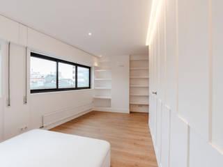 REFORMA DE VIVIENDA EN LA CORUÑA POR ARQUIFACTORIA: Dormitorios de estilo  de Irrazábal |studio|