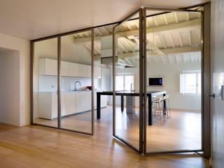 Restauro e adeguamento funzionale di Palazzo De' Nobili: Ingresso & Corridoio in stile  di Pietro Carlo Pellegrini Architetto