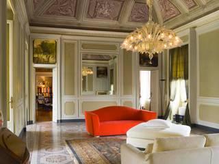 Ristrutturazione edilizia di parte di Villa Recrosio: Soggiorno in stile  di Pietro Carlo Pellegrini Architetto
