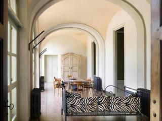Ristrutturazione edilizia di parte di Villa Recrosio: Ingresso & Corridoio in stile  di Pietro Carlo Pellegrini Architetto