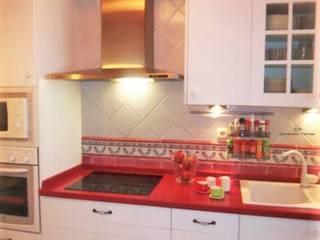 Diseño de cocina en blanco y fresa: Cocinas de estilo  de CONSUELO TORRES