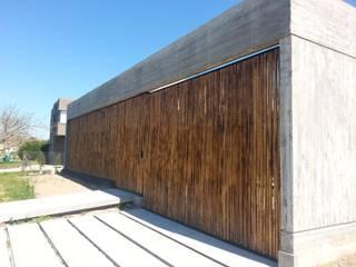 Acceso garage: Garajes de estilo  por Estudio Morphe