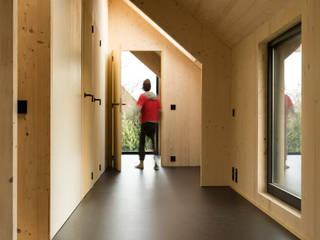 Couloir et hall d'entrée de style  par VIVA Architecture