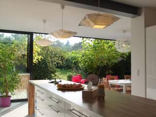 Extension bois à Tresses: Cuisine de style de style Moderne par Plus Architectes