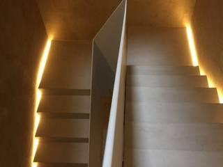 Pasillos, vestíbulos y escaleras de estilo moderno de studio di architettura DISEGNO Moderno